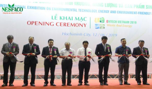 Nesfaco tham dự khai mạc triễn lãm quốc tế về công nghệ môi trường, năng lượng và sản phẩm sinh thái 2019 Chào bạn, Ngày 12/6, Nesfaco nhận được thư mời tham dự khai mạc Triển lãm quốc tế về Công nghệ môi trường, Năng lượng và Sản phẩm sinh thái năm 2019 – Entech Viet Nam 2019, sự kiện diễn ra tại Trung tâm Hội chợ và Triển lãm Sài Gòn (Quận 7, TP.HCM), do Tổng cục Môi trường (Bộ TN&MT) tổ chức. Entech Viet Nam 2019 sẽ diễn ra từ ngày 12/6 – 14/6, thu hút sự tham gia của 140 tổ chức, doanh nghiệp và 175 gian hàng tham gia, mang đến hàng trăm sản phẩm và công nghệ trong lĩnh vực xử lý môi trường, năng lượng mới, năng lượng tái tạo và sản phẩm thân thiện với môi trường. Đây là là cơ hội cho các doanh nghiệp nước ngoài, đặc biệt là các nước có công nghệ môi trường và năng lượng tiên tiến có thể tìm kiếm các cơ hội kinh doanh tại thị trường Việt Nam nói riêng và tại khu vực ASEAN nói chung; các doanh nghiệp Việt Nam có thể tìm kiếm các công nghệ và đối tác đến từ nước ngoài nhằm nâng cao khả năng, trình độ chuyên môn cho các dự án năng lượng và môi trường trong nước. Phát biểu tại lễ khai mạc triển lãm, ông Nguyễn Hưng Thịnh, Phó Tổng cục trưởng Tổng cục Môi trường cho biết: Cùng với sự phát triển về kinh tế, Việt Nam cũng đang đối mặt với những vấn đề ô nhiễm môi trường và sự cố môi trường ngày càng phức tạp. Tham quan nhiều gian hàng và tìm đối tác, sản phẩm cho mình, Nesfaco nhận thấy có rất nhiều sản phẩm độc đáo và mới lạ, như pin sử dụng platinum tiết kiệm năng lượng, có thể sạc bằng năng lượng mặt trời, … hoặc đề án xử lý nước thải của đại học công nghệ thực phẩm HCM, … tất cả đều rất tiềm năng. Nesfaco tham dự chương trình, không chỉ được hỏi học kinh nghiệm, công nghệ mới ở Việt Nam và trên Thế Giới, quan trọng hơn hết, mỗi doanh nghiệp cần ý thức được việc bảo vệ môi trường sinh thái, nơi đang nuôi dưỡng chúng ta hằng ngày, cho chúng ta bầu hư không rộng lớn để thỏa sức sáng tạo, làm việc. Buổi triễn lãm diễn ra đúng như kì vọng của ban tổ chức, các doanh nghi